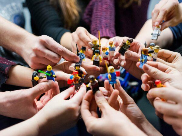 Mensen houden Lego bij elkaar