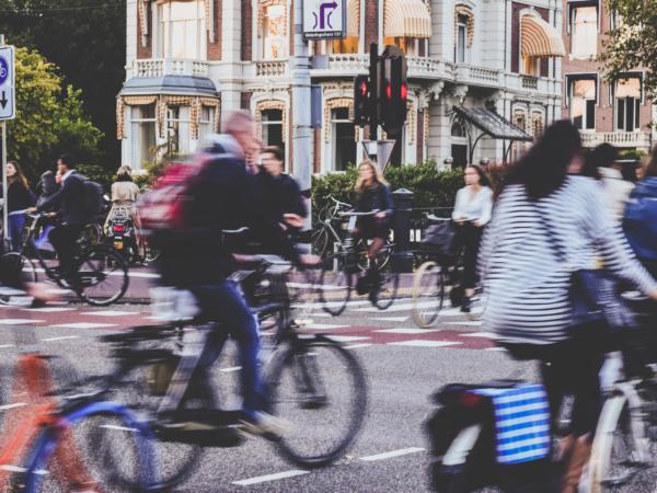 Mensen aan het fietsen met motionblur