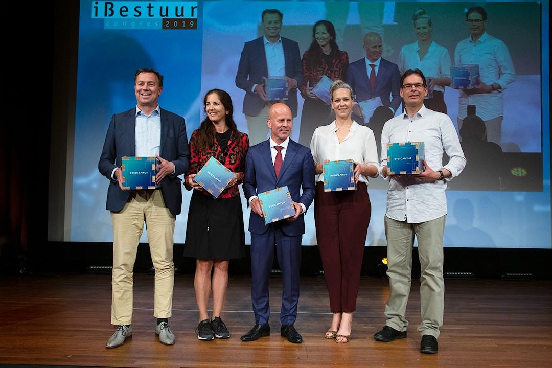 Mensen van Digicampus op een podium