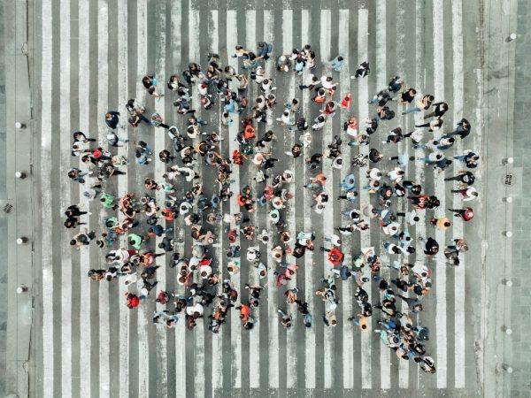 Mensen op een zebrapad