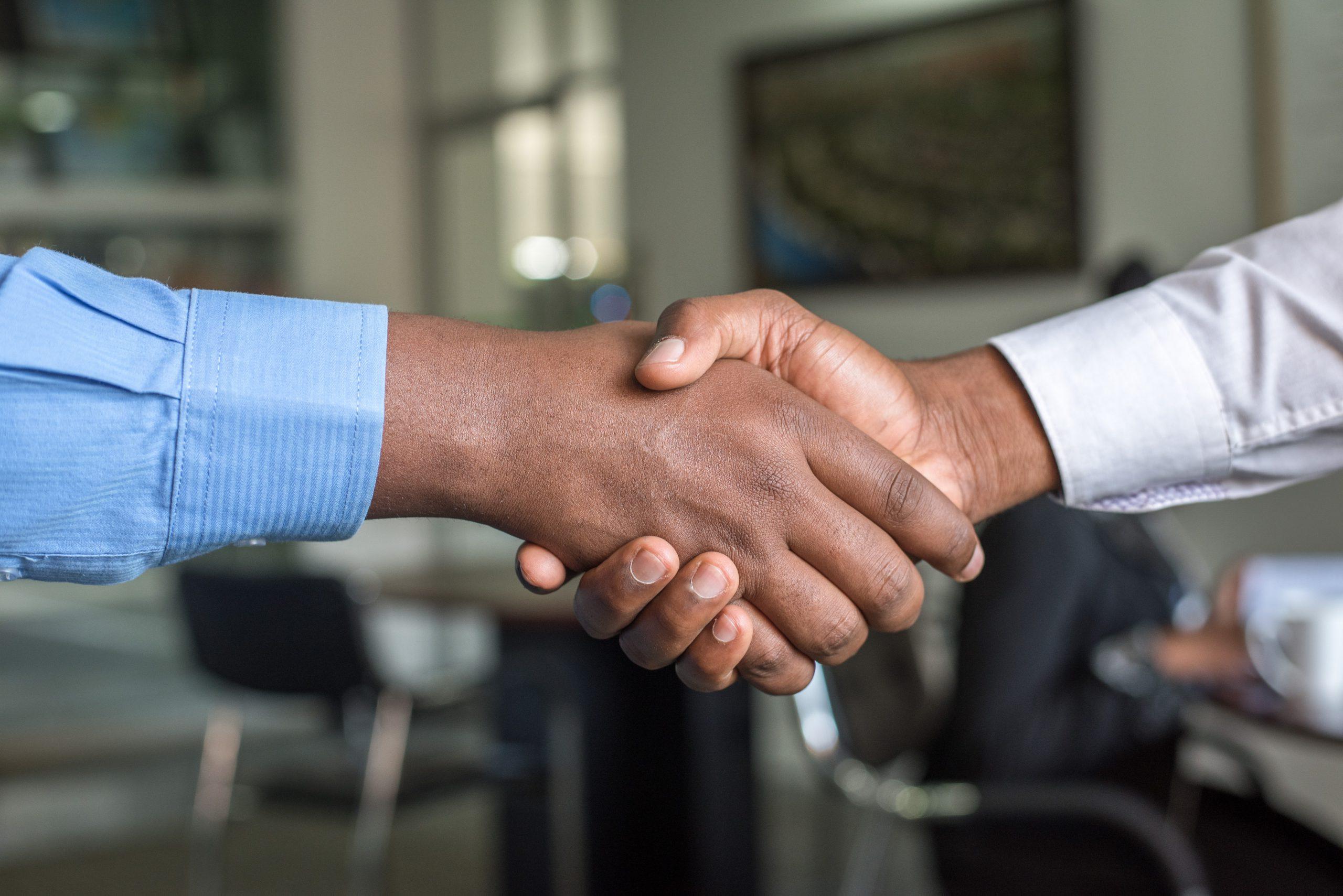 Twee mannen maken een deal