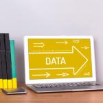 Afbeelding met hierop een laptop waarop het woord data wordt getoond