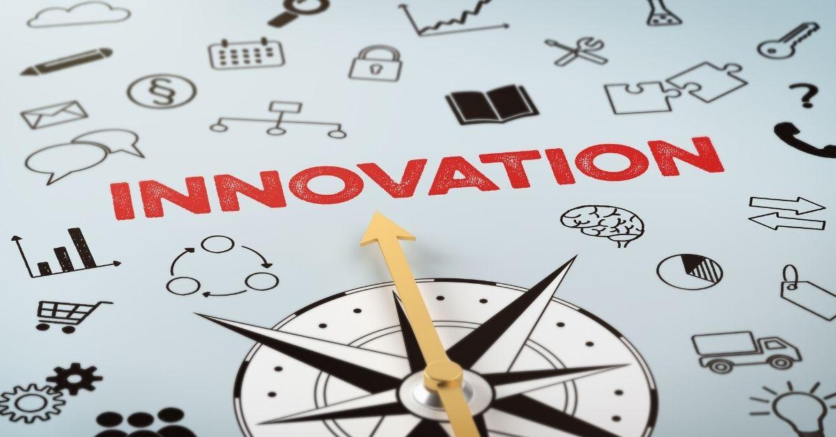 Afbeelding met een kompas en het woord innovation