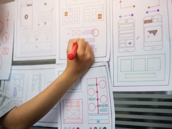 Afbeelding met hierop verschillende schetsen van een applicatie die wordt ontwikkeld.