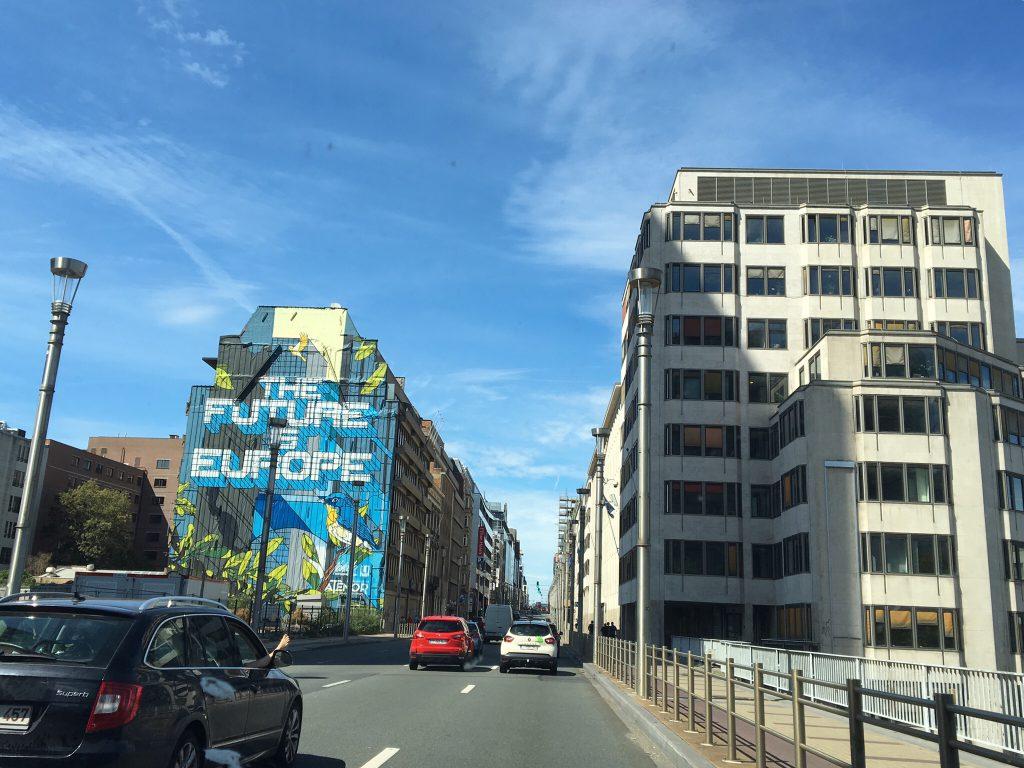 Afbeelding met hierop een aantal gebouwen en de tekst the future is Europe