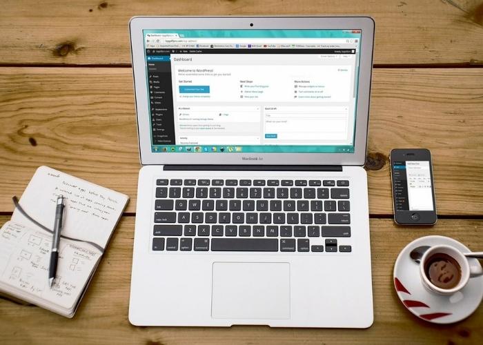 Afbeelding van een Macbook op tafel