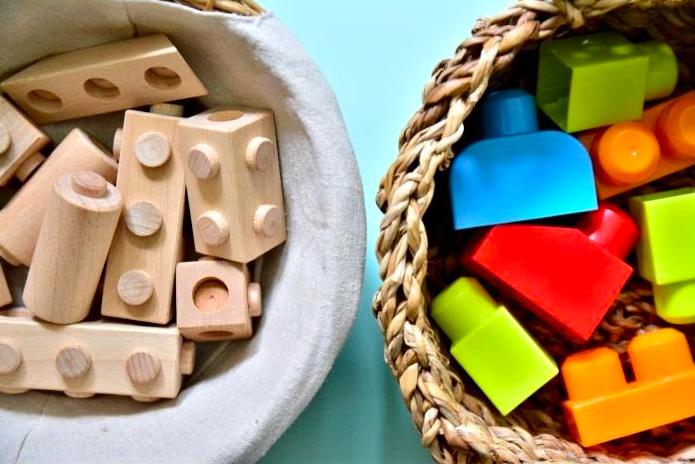 Afbeelding met hierop twee manden met lego en duplo blokken